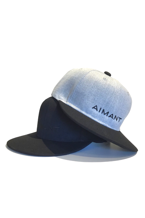 「AIMANT」ロゴ刺繍フラットバイザーキャップ(UNISEX)
